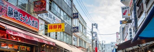 Tsukiji-Fish-Market-Crowds-of-People[1]