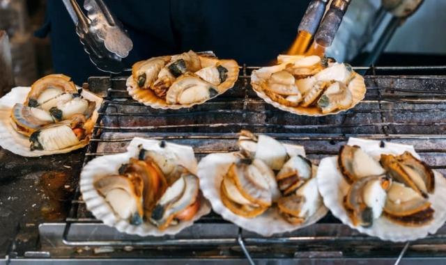 Tsukiji-Fish-Market-Food-Stall[1]