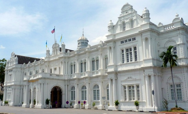 1200px-Penang_City_Hall[1]