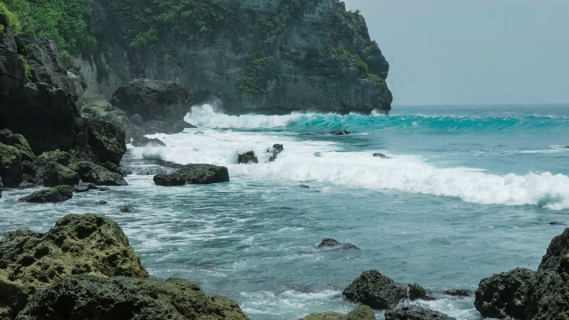 videoblocks-ocean-waves-hitting-tembeling-coastline-at-nusa-penida-island-bali-indonesia_saxurmkg1w_thumbnail-full01[1]